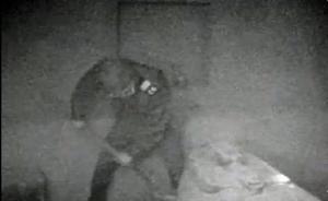 soldat russe ouvrant la tombe du Visiteur